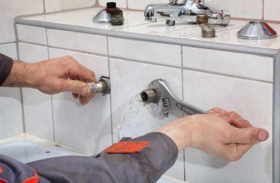 Plombier répare fuite canalisation du robinet