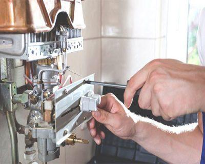 Chauffagiste répare une chaudière Vaillant