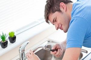 Plombier qui prépare la réparation de la buse du robinet